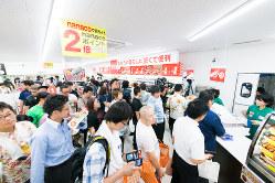 オープン初日、レジに買い物客が列を作った那覇松山1丁目店(セブン−イレブン・ジャパン提供)