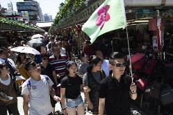 浅草を歩く外国人観光客(Bloomberg)