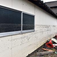 大雨被害から一夜が明け、高齢女性の遺体が見つかった民家の外壁に残る浸水の跡=佐賀県武雄市北方町で2019年8月29日午前9時33分、森園道子撮影