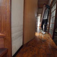 大雨被害から一夜が明け、浸水した自宅から家財道具を運び出す岩崎博文さん。壁には1990年の豪雨の際の浸水時の線(最上段)がくっきりと残る。今回は階段の4段目まで浸水したという=佐賀県武雄市北方町で2019年8月29日午前9時55分、森園道子撮影