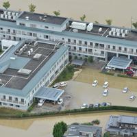 大雨の影響で孤立した順天堂病院=佐賀県大町町で2019年8月29日午後0時27分、本社ヘリから金澤稔撮影