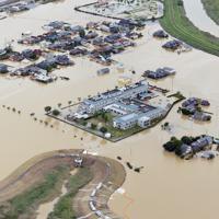 大雨の影響で冠水した地区。ポンプで排水が進んでいた=佐賀県大町町で2019年8月29日午後0時24分、本社ヘリから金澤稔撮影