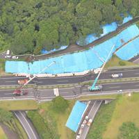 大雨の影響で段差ができた長崎道=佐賀県武雄市で2019年8月29日午後1時28分、本社ヘリから金澤稔撮影