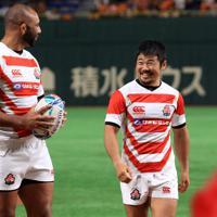 始球式を終え笑顔を見せるラグビー日本代表の田中史朗(右)とリーチ・マイケル=東京ドームで2019年8月29日午後5時53分、梅村直承撮影