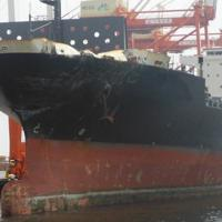 左舷船首部分が損傷したコンテナ船=米沿岸警備隊が運輸安全委員会に提供