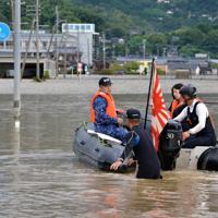 大雨で孤立した順天堂病院に自衛隊のゴムボートで向かう病院職員=佐賀県大町町で2019年8月29日午前7時0分、浅野孝仁撮影