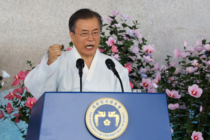 日本の植民地支配からの解放を記念する8月15日の「光復節」では、対日批判のトーンをやわらげた文在寅大統領だったが・・・・・・(Bloomberg)
