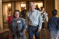 """夫人を伴いジャクソンホール会議での夕食会に向かうFRBのパウエル議長(右)。トランプ大統領からの""""口撃""""がやまない(Bloomberg)"""
