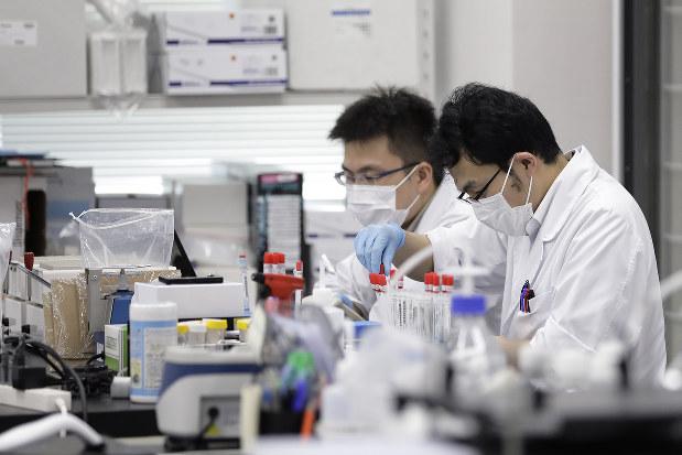 生活習慣などのデータと併せた遺伝子情報の解析も進みそうだ(Bloomberg)