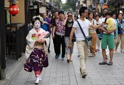 「クールジャパン」にあぐらは禁物(京都の観光客)(Bloomberg)