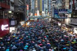 8月18日、雨の繁華街を練り歩くデモ隊は170万人規模に膨れ上がった(Bloomberg)