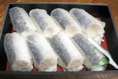 甘酢漬けの薄切り大根でマイワシのすしをくるんだ「いわしのほっかぶりずし」=北海道釧路市内で