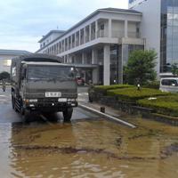 水が引き順天堂病院に入った自衛隊の車両。周囲に残る泥水には油が浮いている=佐賀県大町町で2019年8月30日午前8時57分、津村豊和撮影