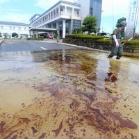 順天堂病院の周囲に残る油が浮いた泥水=佐賀県大町町で2019年8月30日午前9時16分、津村豊和撮影