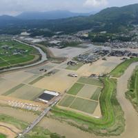 孤立状態がほぼ解消された大町町の冠水現場=で2019年8月30日午前10時32分、本社ヘリから須賀川理撮影