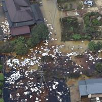 油の吸着マットが散乱する住宅地=佐賀県大町町で2019年8月30日午前10時33分、本社ヘリから須賀川理撮影