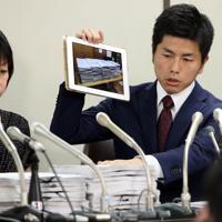 集まった署名の一部を持参して記者会見する松永さんの夫(右)=東京・霞が関の司法記者クラブで2019年8月30日午後6時3分、小川昌宏撮影