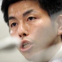 全国から多くの署名が集まったことを記者会見で明らかにする松永さんの夫=東京・霞が関の司法記者クラブで2019年8月30日午後6時11分、小川昌宏撮影
