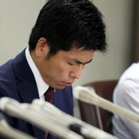 集まった署名の一部を持参して記者会見に臨む松永さんの夫=東京・霞が関の司法記者クラブで2019年8月30日午後5時57分、小川昌宏撮影