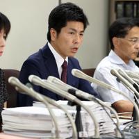 集まった署名の一部を持参して記者会見する松永さんの夫(中央)=東京・霞が関の司法記者クラブで2019年8月30日午後6時1分、小川昌宏撮影