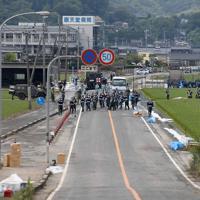 水位が低下した順天堂病院周辺の道路=佐賀県大町町で2019年8月30日午後4時34分、津村豊和撮影