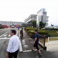 周囲の水位が低下して歩いてたどり着けるようになった順天堂病院=佐賀県大町町で2019年8月30日午後5時7分、津村豊和撮影