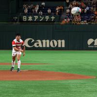 始球式に臨むラグビー日本代表の田中史朗(左)とリーチ・マイケル=東京ドームで2019年8月29日午後5時53分、梅村直承撮影