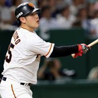 三回裏巨人無死一、三塁、3点本塁打を放つ岡本=東京ドームで2019年8月29日、梅村直承撮影