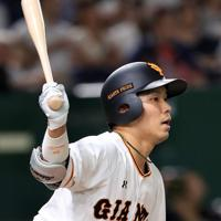 二回裏巨人1死一、二塁、大城が適時二塁打を放つ=東京ドームで2019年8月29日、梅村直承撮影