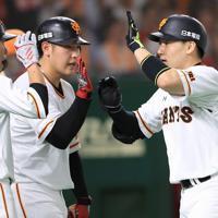 三回裏巨人2死満塁、本塁打を放ち岡本(中央)、坂本勇(左)に出迎えられる丸=東京ドームで2019年8月29日、梅村直承撮影