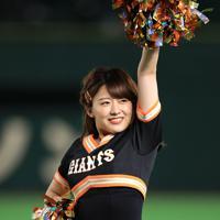 試合中に踊る日本テレビの尾崎里紗アナウンサー=東京ドームで2019年8月29日午後8時37分、梅村直承撮影