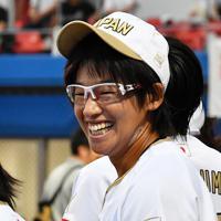【チェコ―日本】試合開始前、笑顔を見せる日本の上野由岐子(右)=宇津木スタジアムで2019年8月30日、大西岳彦撮影
