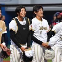 【チェコ-日本】笑顔で初戦に臨む上野由岐子(右から2人目)ら=宇津木スタジアムで2019年8月30日、大西岳彦撮影