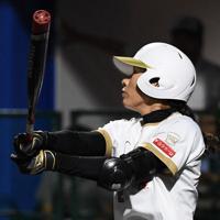 【チェコ-日本】二回裏日本無死二、三塁、山崎が中越え3点本塁打を放つ=宇津木スタジアムで2019年8月30日、大西岳彦撮影