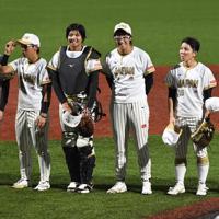 【チェコ-日本】試合に勝利し笑顔を見せる上野(左から4人目)ら=宇津木スタジアムで2019年8月30日午後7時11分、大西岳彦撮影