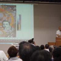 緊急シンポジウムで自作「遠近を抱えて」について説明する大浦信行さん(右端)=2019年8月22日、永田晶子撮影