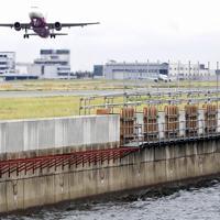 護岸工事が進む関西国際空港。手前左側の真新しいコンクリートがかさ上げされた部分=2019年8月幾島健太郎撮影