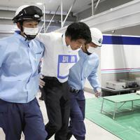 負傷者が発生したという想定で行われた避難誘導訓練=関西国際空港で2019年7月、幾島健太郎撮影
