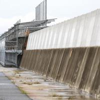 工事が進む護岸。上部の白いコンクリートが今回新たにかさ上げされた部分=関西国際空港で2019年8月、幾島健太郎撮影