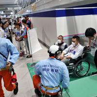 負傷者対応を想定して行われた避難誘導訓練=関西国際空港で2019年7月、幾島健太郎撮影