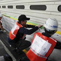 止水シートを使って水の浸入を防ぐ訓練=関西国際空港で2019年7月、幾島健太郎撮影