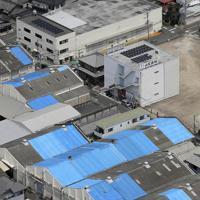 空港周辺では、1年たったものの修繕が追いつかず、ブルーシートで覆われた屋根が目立つ=大阪府岸和田市で2019年8月、本社ヘリから幾島健太郎撮影