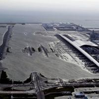 昨年9月4日、台風21号の高潮で浸水した滑走路=関西国際空港で2018年9月4日、本社ヘリから幾島健太郎撮影