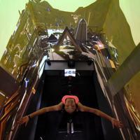 1人でトレーニングできる「個ジム」。朝日を浴びる古代都市の中をサイクリングしているような映像も選べる=横浜市港南区で2019年7月、竹内紀臣撮影