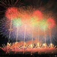 夜空を彩る「大曲の花火」(7秒間露光)=秋田県大仙市で2019年8月31日午後6時54分、和田大典撮影