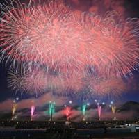 夜空を彩る「大曲の花火」(7秒間露光)=秋田県大仙市で2019年8月31日午後6時53分、和田大典撮影