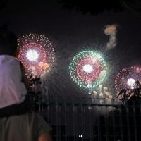 夜空を彩る「大曲の花火」の会場から少し離れた街中から花火を見つめる家族連れ=秋田県大仙市で2019年8月31日午後9時7分、和田大典撮影