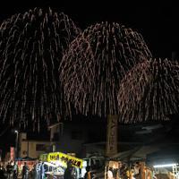 町の夜空を彩る「大曲の花火」=秋田県大仙市で2019年8月31日午後9時2分、和田大典撮影