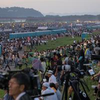 大勢の人でにぎわう「大曲の花火」の会場=秋田県大仙市で2019年8月31日午後6時25分、和田大典撮影