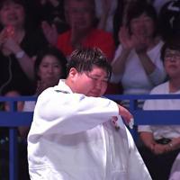 女子78キロ超級で銅メダルを獲得し、涙をこらえながら引き上げる朝比奈沙羅=東京・日本武道館で2019年8月31日午後8時24分、徳野仁子撮影
